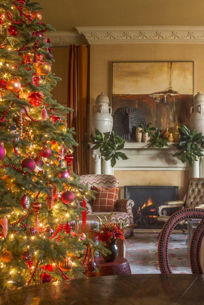 family room Christmas tree and mantel