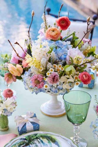 Spring flower arrangements flower magazine home lifestyle learn about spring centerpieces and bouquets and how to make beautiful spring flower arrangements from designers and tastemakers in the floral and event mightylinksfo
