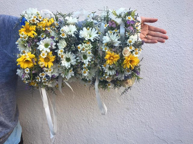 Floral crowns, placed one next to the other, cover the length of an outstretched arm