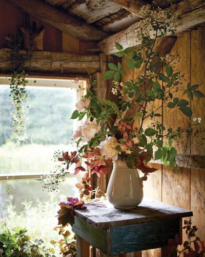 Naturalist autumn arrangement in a rustic log cabin