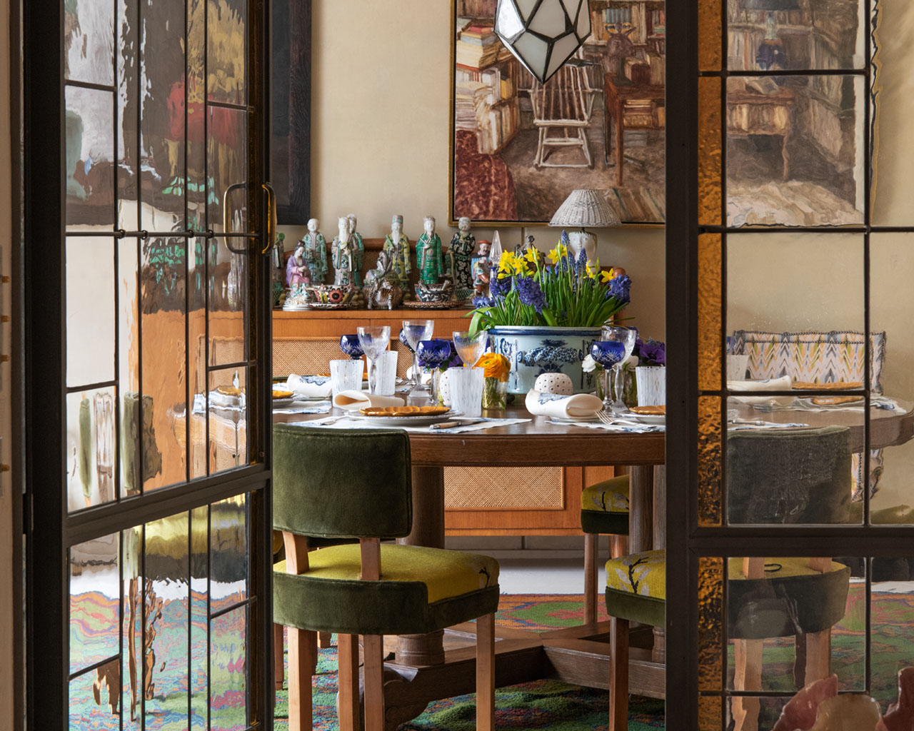 Spring table setting at the Parisian home of TerryDeGunzburg, from the pages of Be My Guest: At Home with the Tastemakers by Pierre Sauvage, Flammarion, 2020