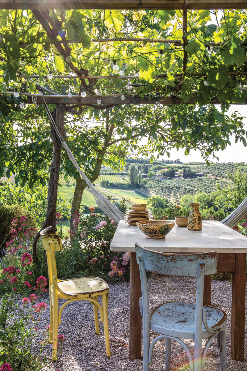 rustic alfresco dining area at PUSCINA FLOWERS overlooking the Tuscan countryside